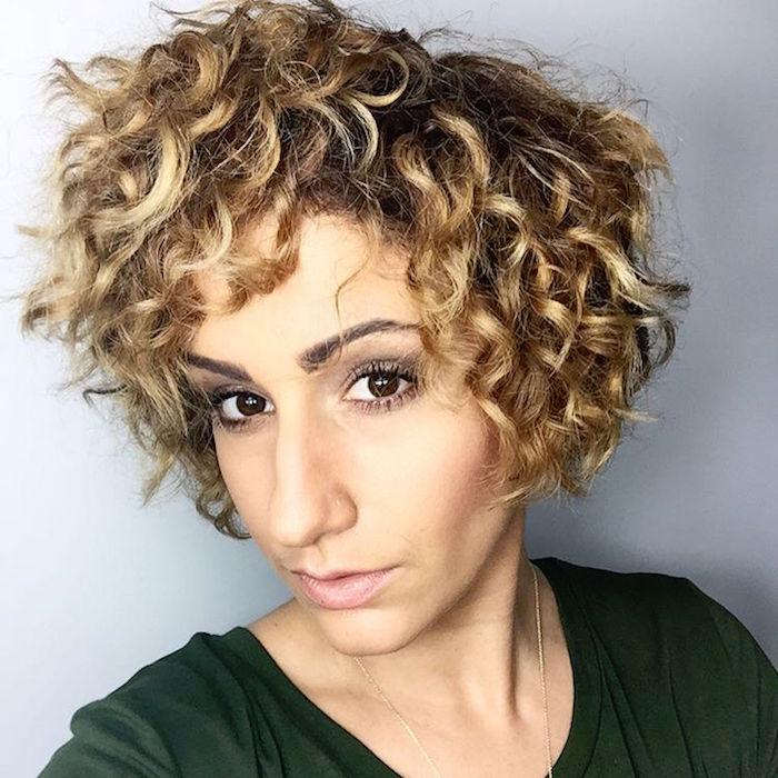 coupe courte frisée femme coiffure cheveux courts bouclés
