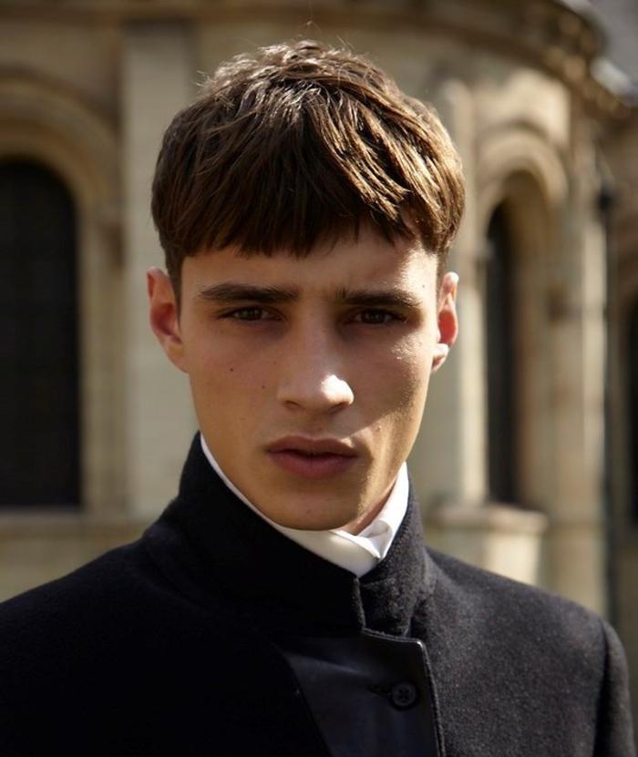 style de coiffure originale avec une coupe homme rasé coté de style bol avec frange droite coiffée vers le