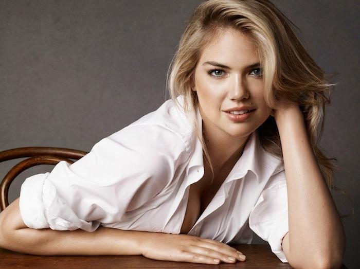 coupe visage rond, dégradé femme sur cheveux blond, mèche sur le côté, chemine blanche
