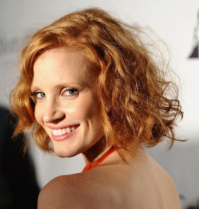coiffure cheveux frisés courts coupe courte ondulés femme rousse