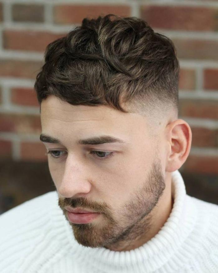 une coupe homme rasé coté tendance avec un dégradé haut à blanc et des cheveux plus longs sur le dessus qui se termine en frange courte