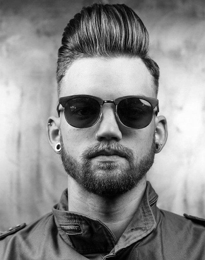 coupe homme avec barbe coiffure coiffure tendance pompadour long dessus en banane