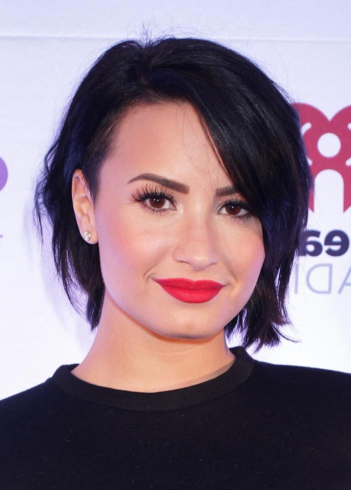 coupe très courte femme, lèvres rouges, maquillage yeux marrons, Demi Lovato