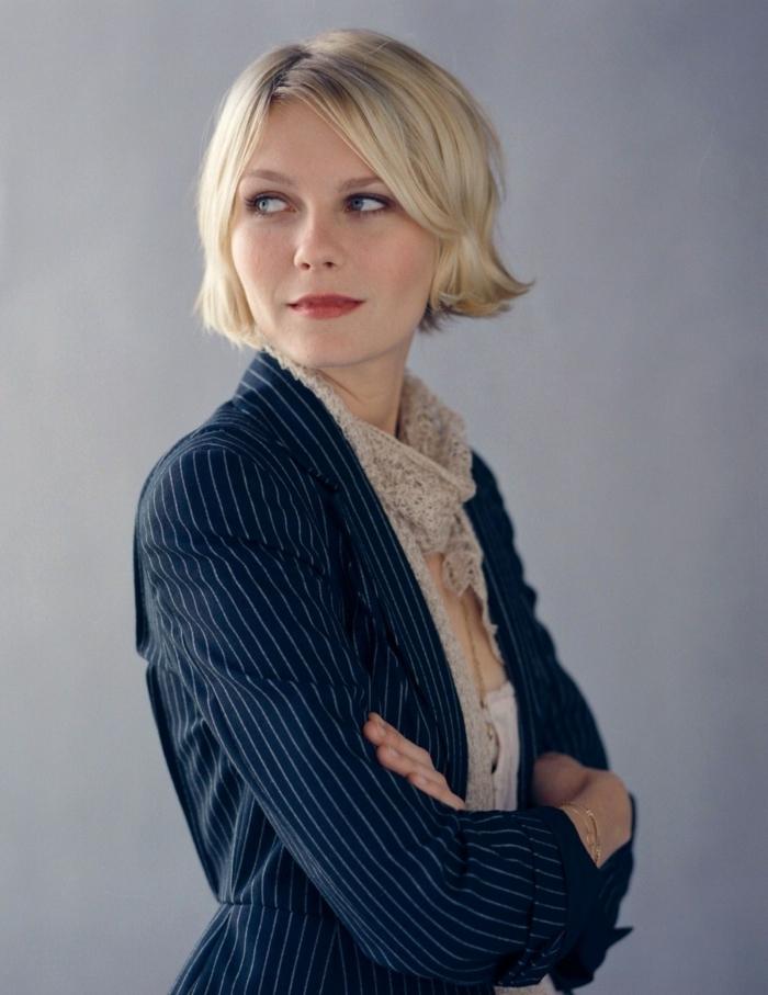 coupe très courte femme, carré blond avec longueurs égales, Kirsten Dunst en costume