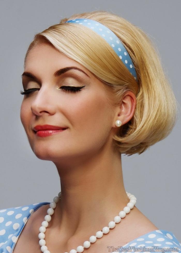 coupe très courte femme, collier en perles, robe et bande de cheveux pointillés