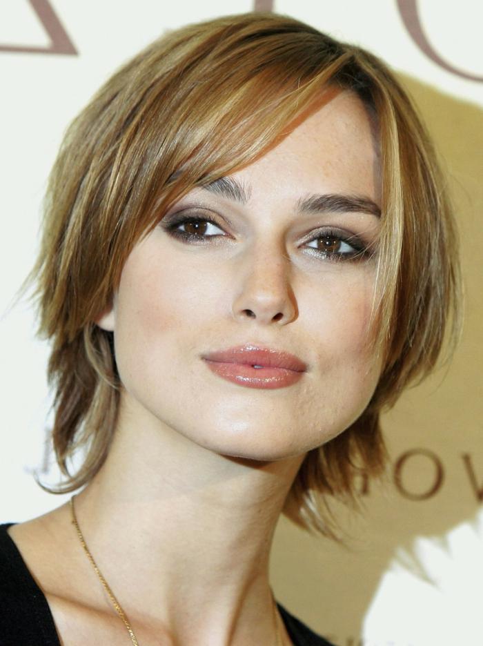 coupe très courte femme, coupe carré couleur bronde, maquillage chaleureux