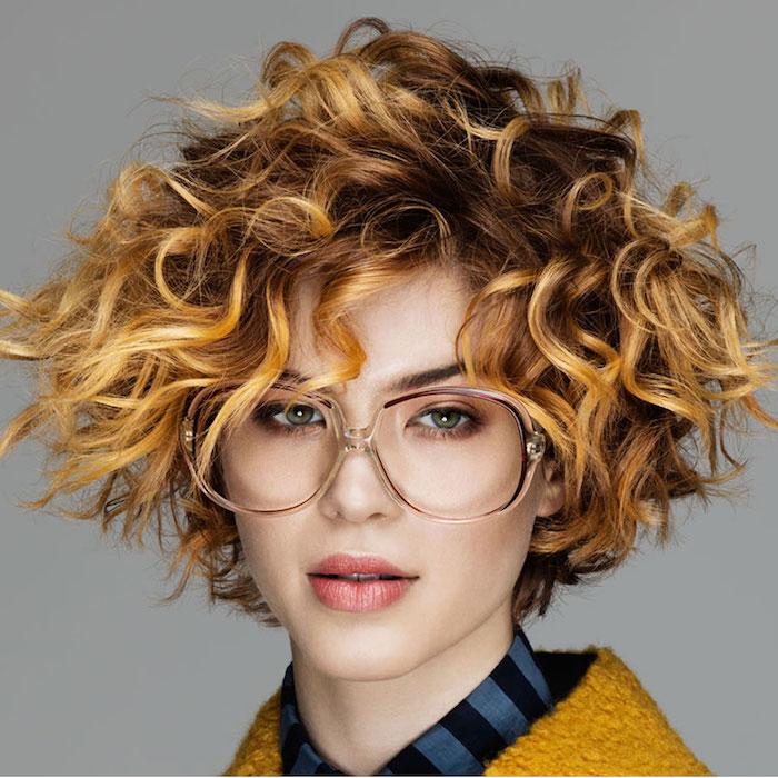 cheveux courts ondulés femme coupe courte frisee