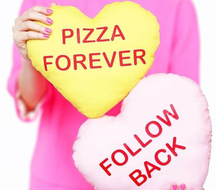 idée cadeau ado fille pour noel, coussins jaune et rose avec écriture rouge, suivez mois et pizza pour toujours