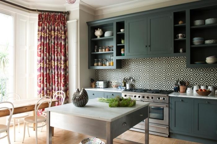 carreaux de ciment, meubles de cuisine en bois peints vert foncé, cuisine au plafond blanc et plancher en bois stratifié
