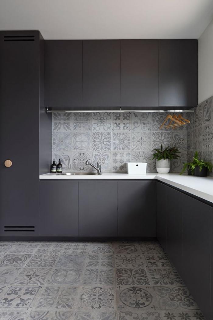idee deco cuisine, aménagement de cuisine d'angle en blanc et gris anthracite, modèle de carrelage de ciment blanc et gris clair
