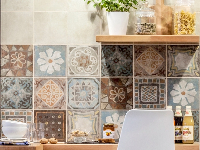 carreaux de ciment cuisine aux design floral, étagère en bois avec herbes vertes et bocaux d'ingrédients