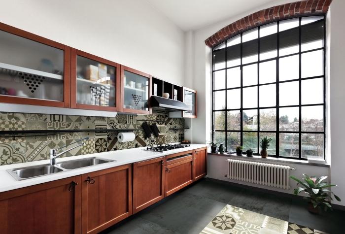 cuisine carreaux de ciment, cuisine aux murs et plafond blancs avec plancher foncé et carreaux de ciments beige