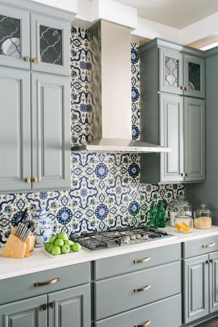 carreaux de ciment cuisine, modèle de carrelage à design floral et couleurs vert et bleu, meubles en bois peints en gris