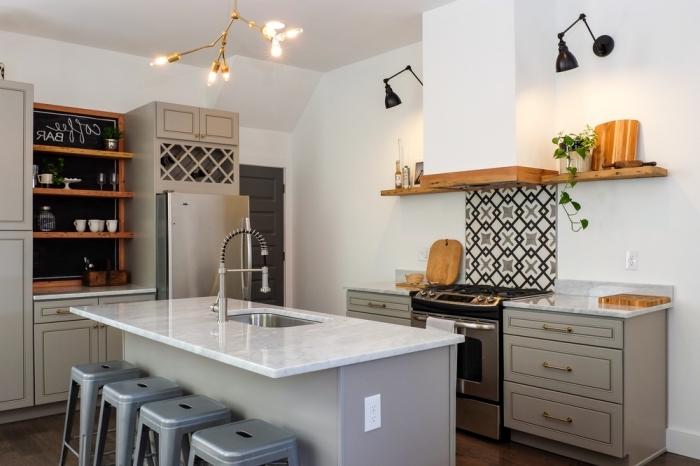 carreaux de ciment, cuisine aux murs blancs et meubles en bois peints gris, ilot central avec comptoir en marbre