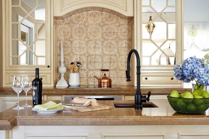 carreaux de ciment credence, déco de cuisine beige avec armoires en bois et verre, comptoir de cuisine en marron