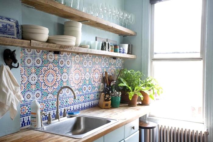 cuisine carreaux de ciment, déco petite cuisine aux murs turquoise pastel et crédence multicolore
