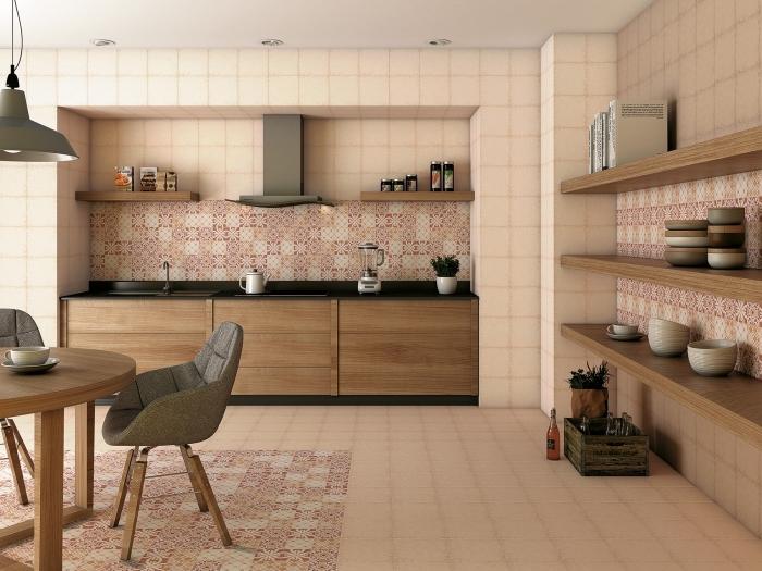 credence carreau de ciment, modèle de cuisine rose pâle avec meubles en bois et comptoir noir mat