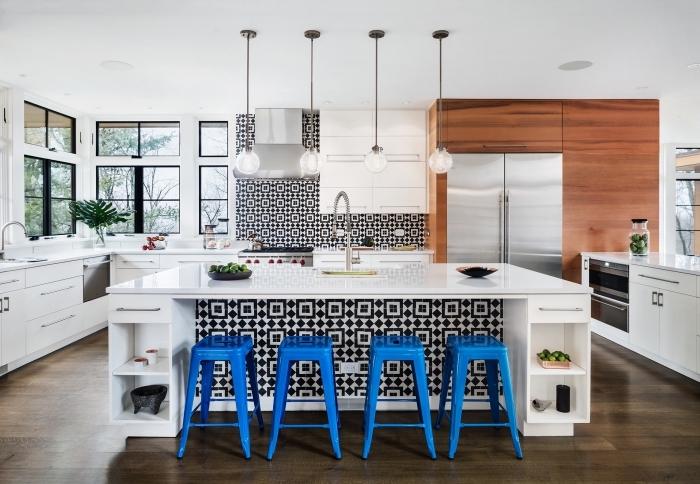 carrelage ciment, cuisine aux murs blancs et plancher en bois stratifié marron foncé avec ilot central blanc