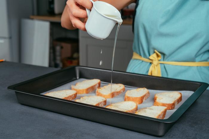 comment faire bruschetta maison au four, tranches de baguette à cuire avec huile d olive et epices