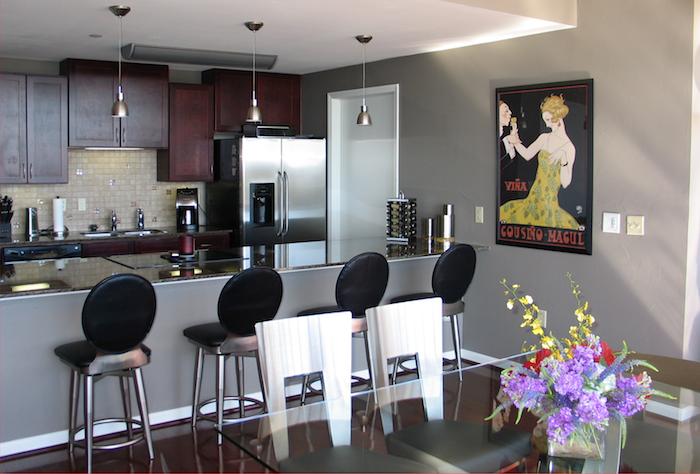 grande cuisine ouverte sur salon avec grand bar