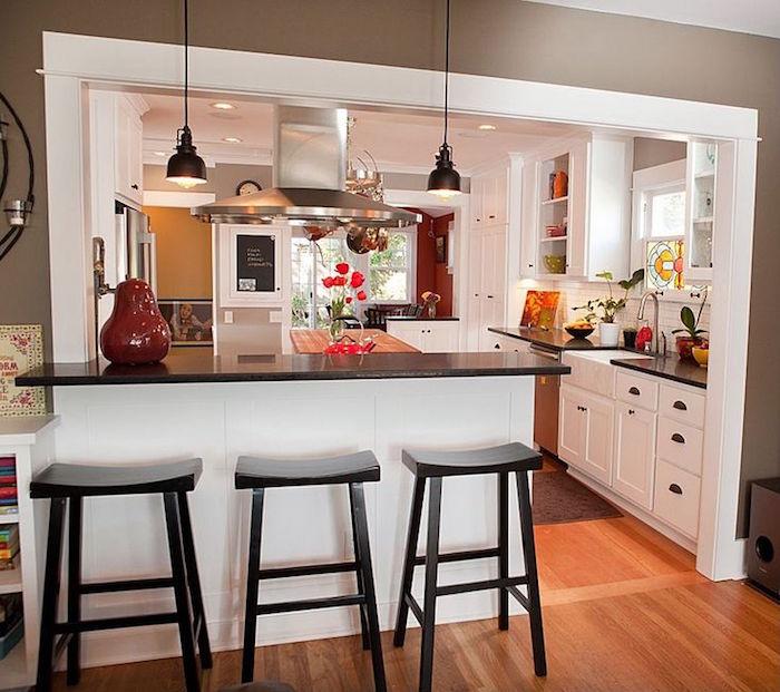 cuisine ouverte sur séjour avec bar et chaises hautes
