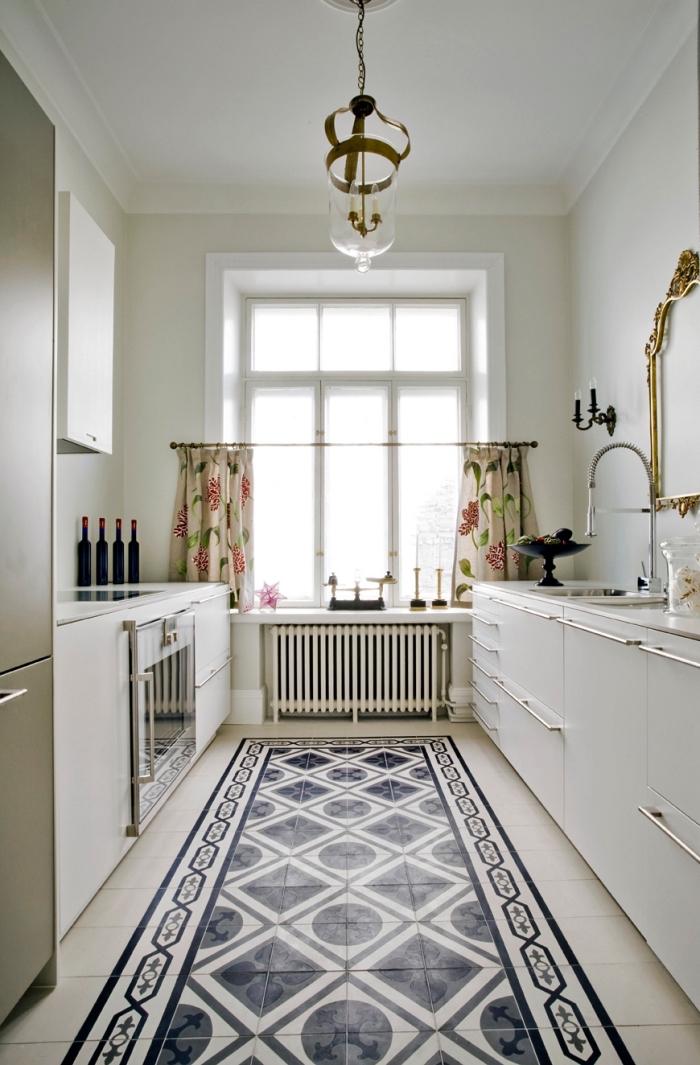 idee deco cuisine, peinture murale blanche avec carrelage de sol bleu foncé et blanc aux motifs géométriques