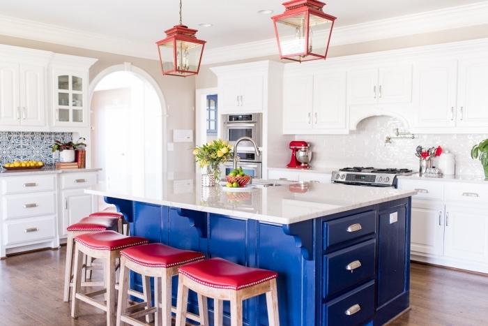 carreaux de ciment cuisine, tabourets et lustre en rouge, meubles de cuisine blanc avec poignées métalliques