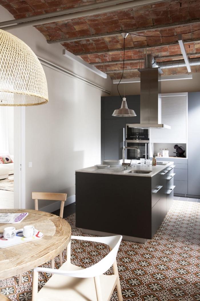 imitation carreaux de ciment, plafond avec briques rouges, cuisine blanc et gris avec îlot noir et blanc
