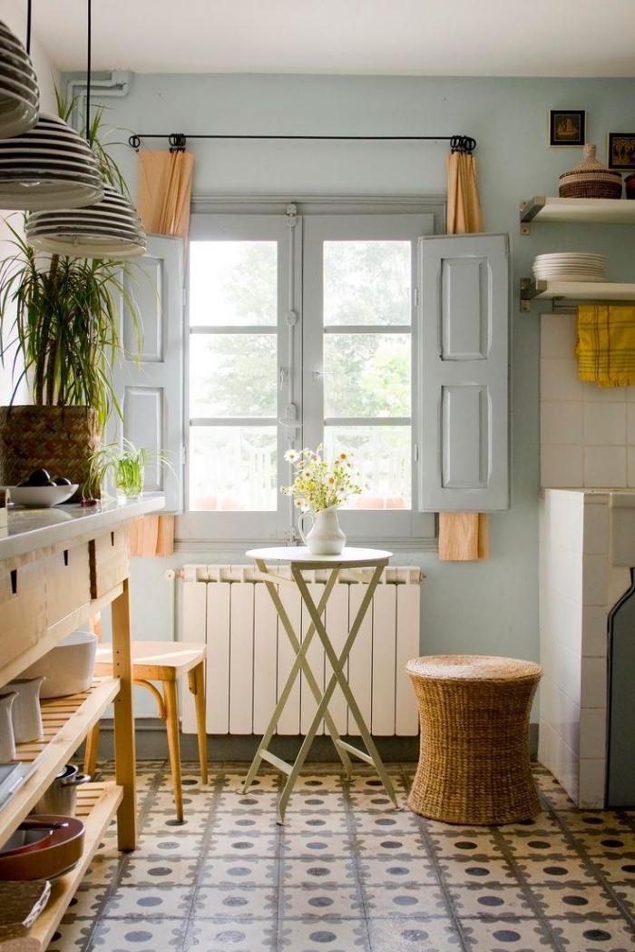 carrelage cuisine sol, volets de fenêtre gris avec rideaux mi-longs et orange, déco de cuisine style vintage