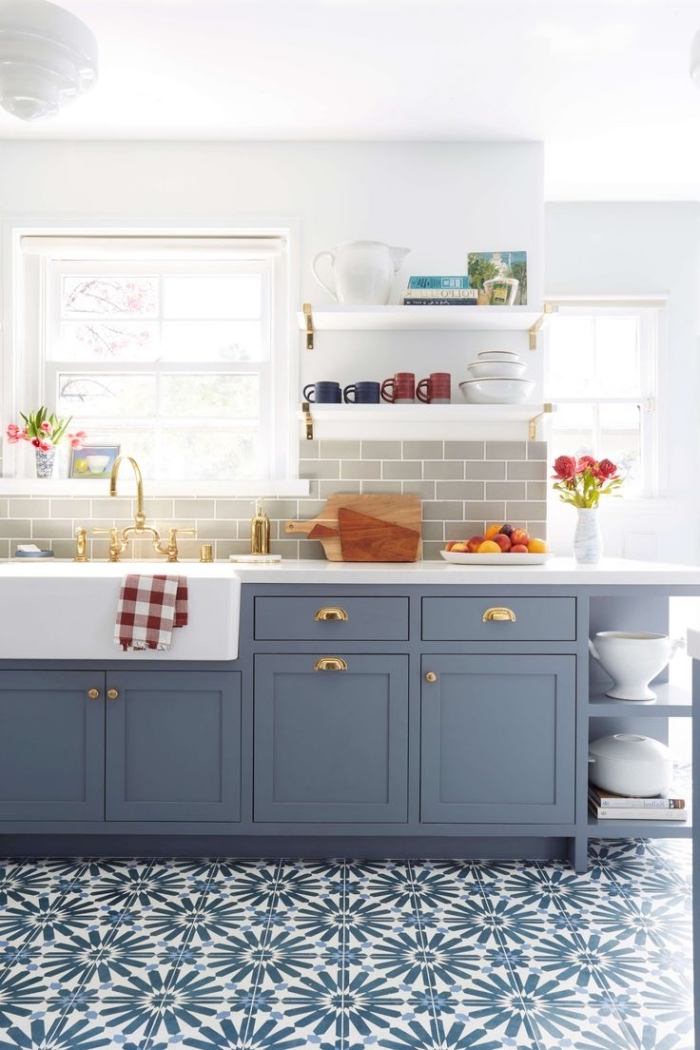 carrelage cuisine, déco de cuisine blanche avec meubles en bleu foncé, carrelage crédence nuance taupe