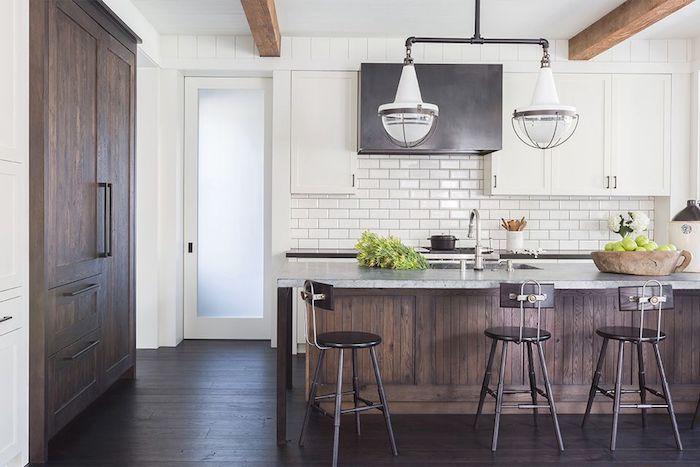 cuisine rénovée avec armoire et bar en bois, plan de travail gris, carrelage blanc, meuble haut cuisine gris et blanc, parquet bois marron, suspension originale