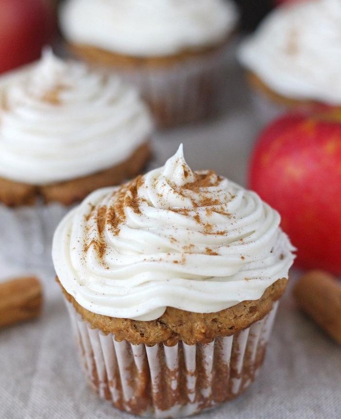 cupcakes à la pormme et cannelle avec recette de glacage de fromage à la crème dessus, idée gourmande