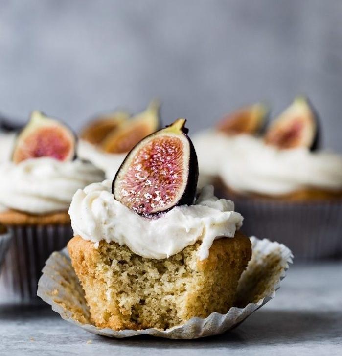 exemple de cupcakes à la vanille sans gluten avec glaçage de fromage à la crème et figue brûlée dessus, comment faire un glacage