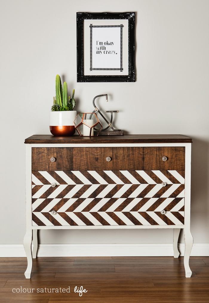 comment relooker un meuble en bois, motif geometrique en peinture blanche, commode ancienne, plante cactus vert