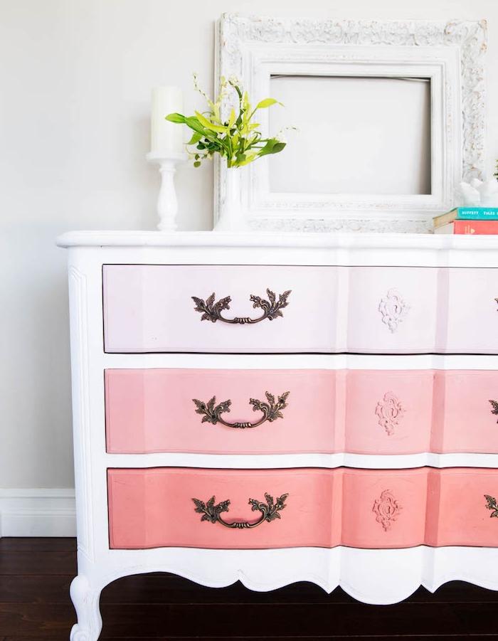 customiser meuble ancien, commode rose et saumon, decoration de cadre vide, parquet en bois foncé, poignées de porte tiroir vintage