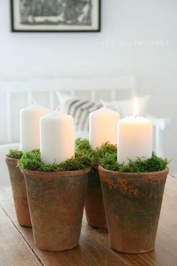 centre de table noel avec quatre pots en marron et des larges bougies blanches, décor romantique bobo chic