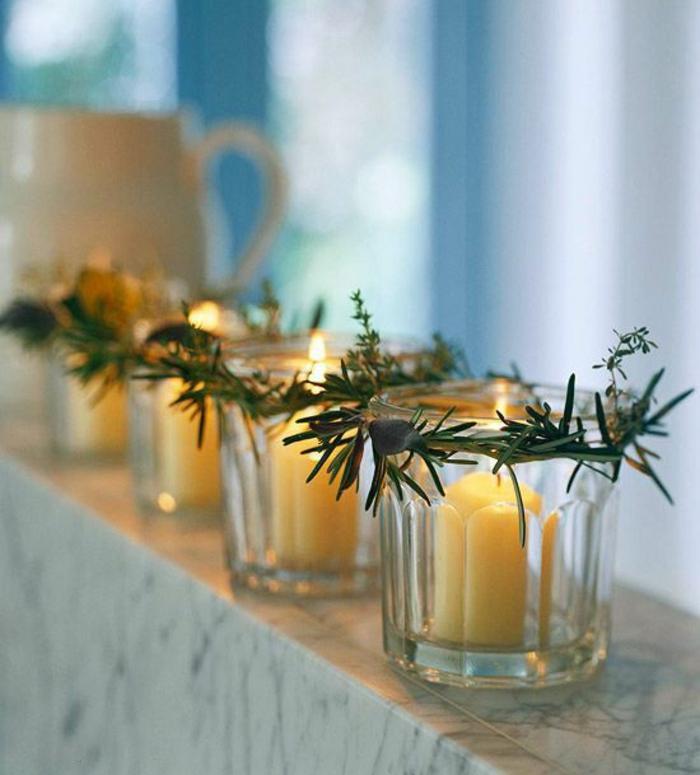 deco de noel a faire soi meme, des bougeoirs en verre transparent avec des bougies blanches larges, centre de table noel, ou au bord d'une fenêtre