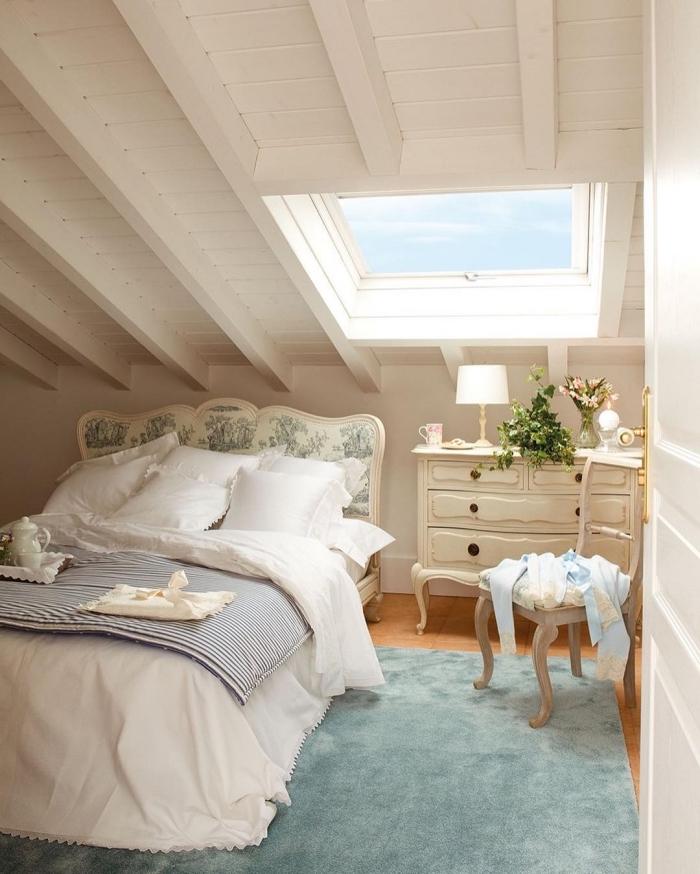 chambre a coucher, transformation du grenier en pièce à coucher avec meubles de style vintage et tapis turquoise