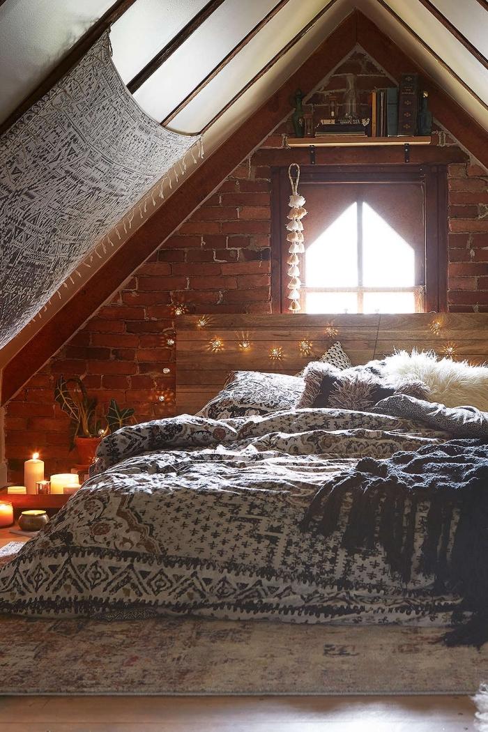 amenagement grenier, déco de chambre à coucher sous combles, pièce au plafond blanc et murs en briques rouges