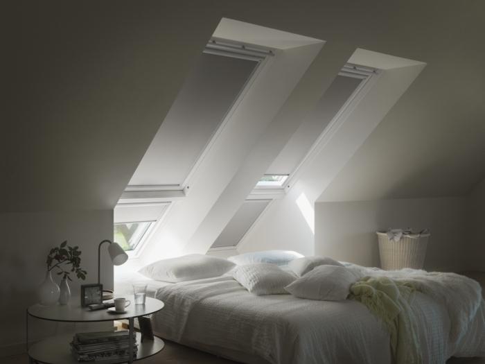 deco chambre parentale, pièce au grenier avec murs blancs et grandes fenêtres de plafond avec stores gris