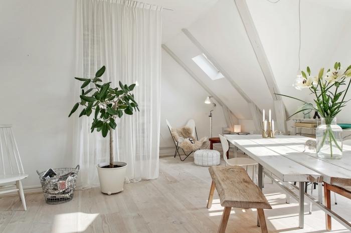 amenagement combles, décoration de pièce au grenier en style bohème chic et scandinave avec meubles en bois et peinture blanche