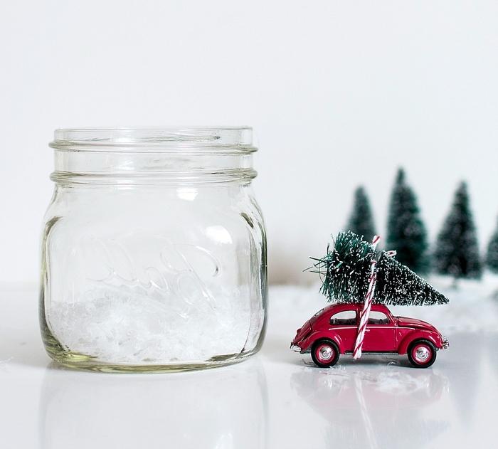 diy deco noel avec des bocaux en verre recyclés et de petites voitures rétro de collection