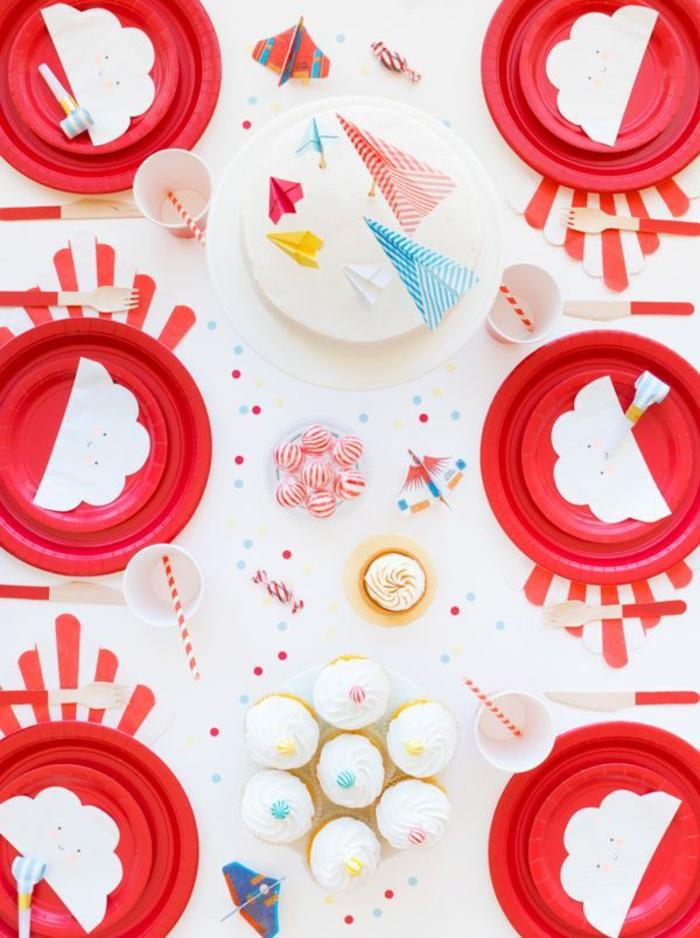 des cake toppers origami originaux en avions en papier, jolie décoration de table sur thème avions