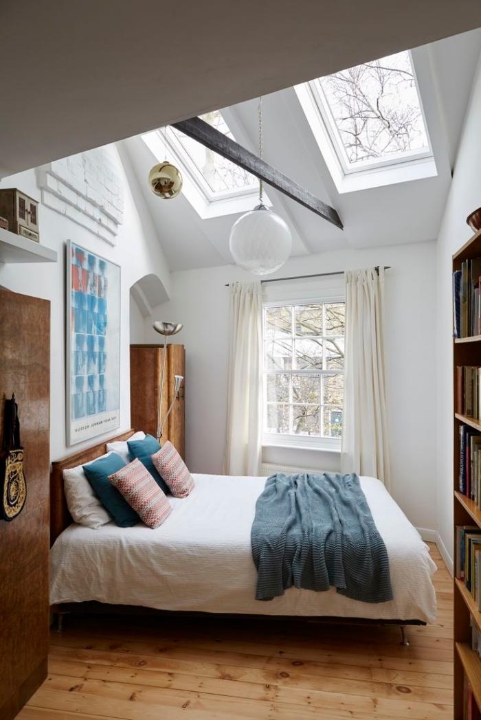 chambre sous combles, décoration murale avec peinture à design blanc et bleu, fenêtre à carreaux avec rideaux longs en beige