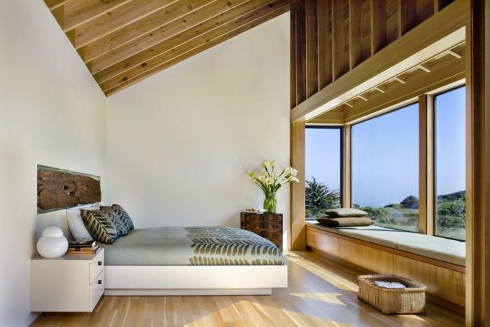 chambre mansardée, aménagement au grenier avec plafond en bois clair et murs blancs, déco chambre à coucher moderne avec grand lit
