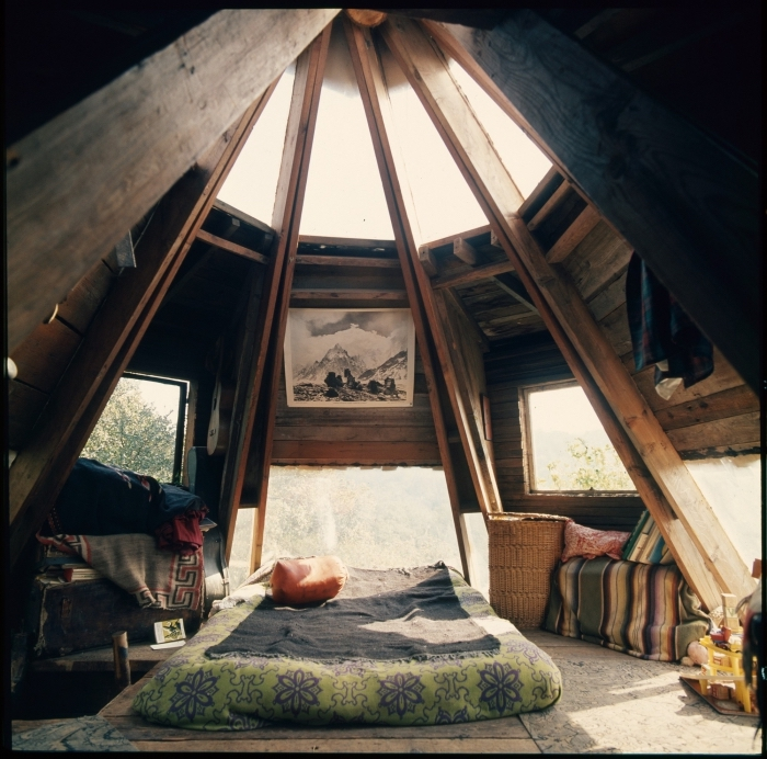 amenager comble, décoration de chambre à coucher au grenier en style hippie avec lit bas et plaids à motifs ethniques