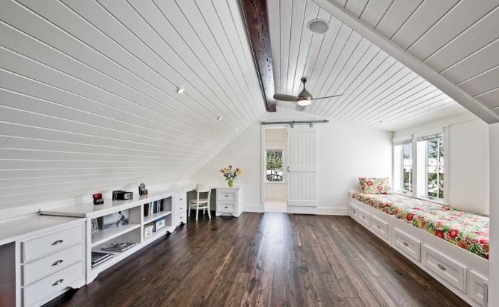 transformation du grenier avec meubles en bois de style vintage et plancher en bois stratifié marron foncé