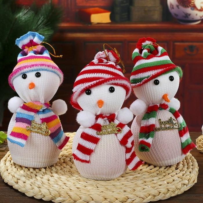 bonhomme de neige en laine, déco de noel avec petites figurines fait main en chaussette et tissu multicolore