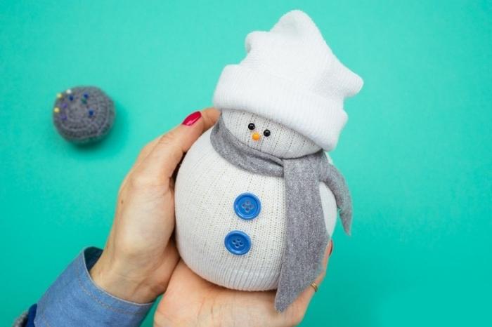 bonhomme de neige en laine, comment fabriquer une figurine de Noel avec matériaux simples