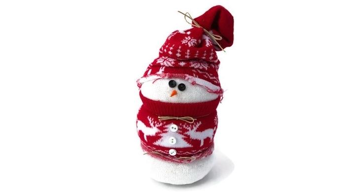 decoration de noel fait main, bonhomme de neige blanc avec écharpe rouge à motifs blancs de Noel